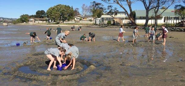 Kinderen in Nieuw Zeeland bouwen polders en dijken.